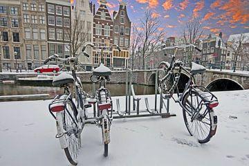 Amsterdam enneigée au coucher du soleil aux Pays-Bas sur Nisangha Masselink