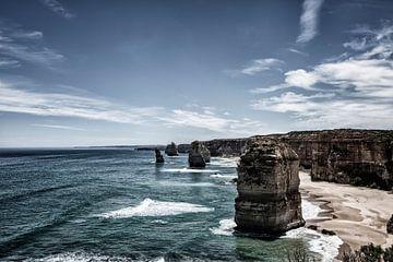 Die zwölf Apostel mit blauem Himmel auf der großen Meeresstraße in Victoria, Australien. von Tjeerd Kruse