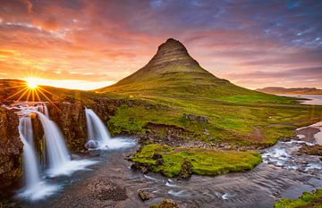 Zonsondergang bij Kirkjufellsfoss IJsland van Menno Schaefer