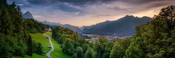 Alpenpanorama met Garmisch Partenkirchen bij zonsondergang van Voss Fine Art Fotografie