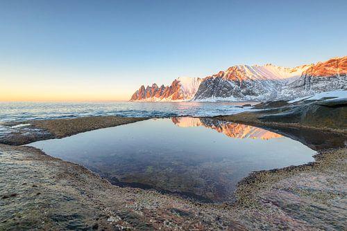 Zonsondergang over de Okshornan bergketen in Noord Noorwegen in winter
