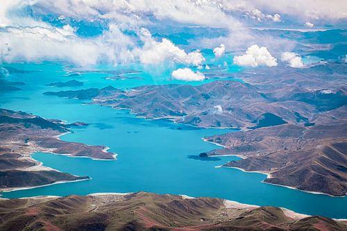 Het Yamdrokmeer gezien vanuit de lucht, Tibet