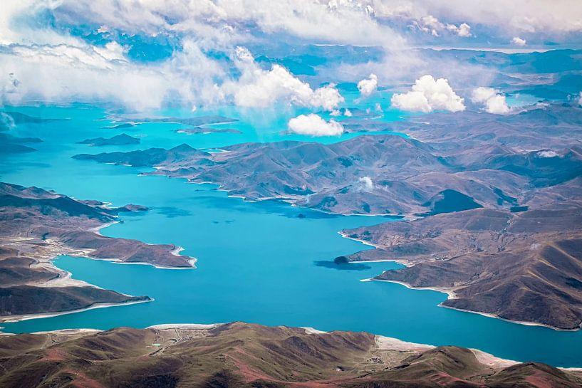 Het Yamdrokmeer gezien vanuit de lucht, Tibet van Rietje Bulthuis