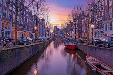 Stadtbild von Amsterdam am Oudezijdsvoorburgwal von Nisangha Masselink