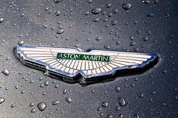 Aston Martin Abzeichen mit dem Wings Logo mit Regentropfen von Sjoerd van der Wal