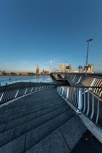 Construction d'escaliers sur le pont Erasmus sur