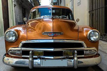 Gouden oldtimer in de oude stad van Havana Cuba van Dieter Walther