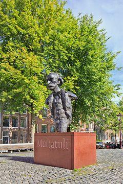 Sculptuur van Multatuli op een geplaveide plein, Amsterdam van Tony Vingerhoets