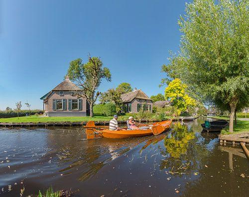Huizen met rieten dak aan een kanaal, Dwarsgracht, Weerribben, Overijssel van