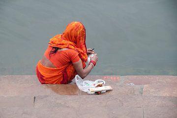 Indiase vrouw bezig met de was. van Dray van Beeck