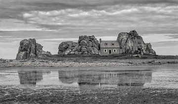 Haus zwischen zwei Felsen von