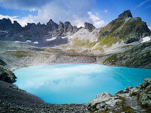 Blauw meer in de bergen - Zwitserland van Bart van Eijden