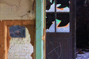 Detailopname van een verlaten gebouw van Richard van Oudheusden