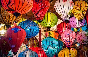Kleurrijke lantaarns in de straten van Hội An, Vietnam van Rietje Bulthuis