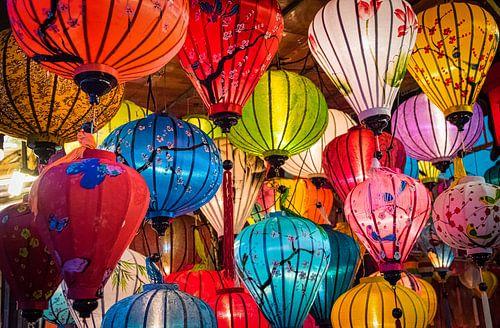 Kleurrijke lantaarns in de straten van Hội An, Vietnam