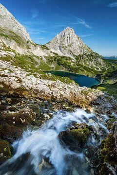 Wasserfall am Drachensee nahe Ehrwald in Tirol mit Sonnenspitze und Coburger Hütte