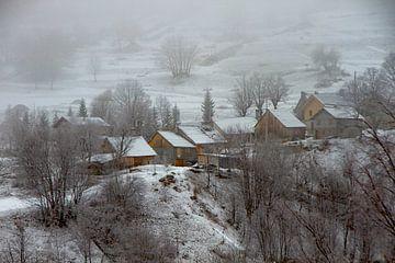 Bergdorp in de mist van René Groenendijk