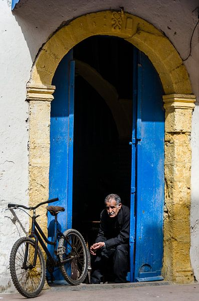Man en fiets van Peter Vruggink