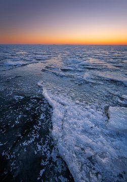 Schöne Strukturen im Eis am Afsluitdijk am IJsselmeer. von Jos Pannekoek