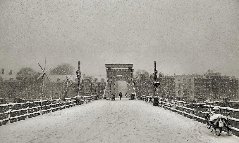 Magere brug in de Sneeuw II van Frank de Ridder
