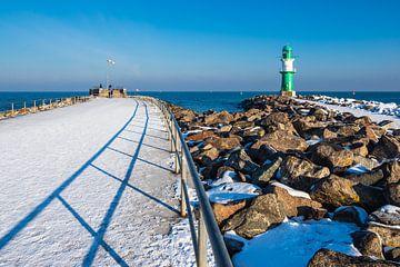 Pier aan de Oostzeekust in Warnemünde in de winter van Rico Ködder