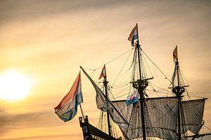 Oud zeilschip Halve Maen van de Verenigde Oost-Indische Compagnie VOC bij zonsondergang