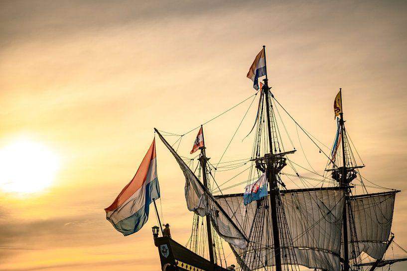 Oud zeilschip Halve Maen van de Verenigde Oost-Indische Compagnie VOC bij zonsondergang van Sjoerd van der Wal