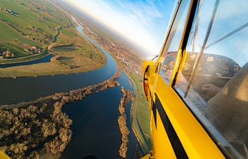Piper Cub vliegtuig boven de IJssel van Planeblogger