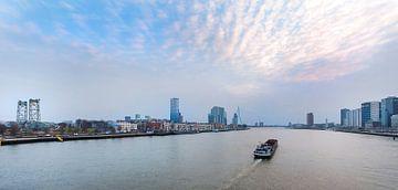 Skyline Rotterdam met boot van