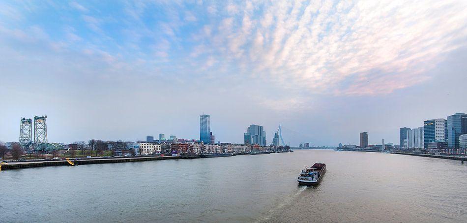 Skyline Rotterdam met boot van Anouschka Hendriks