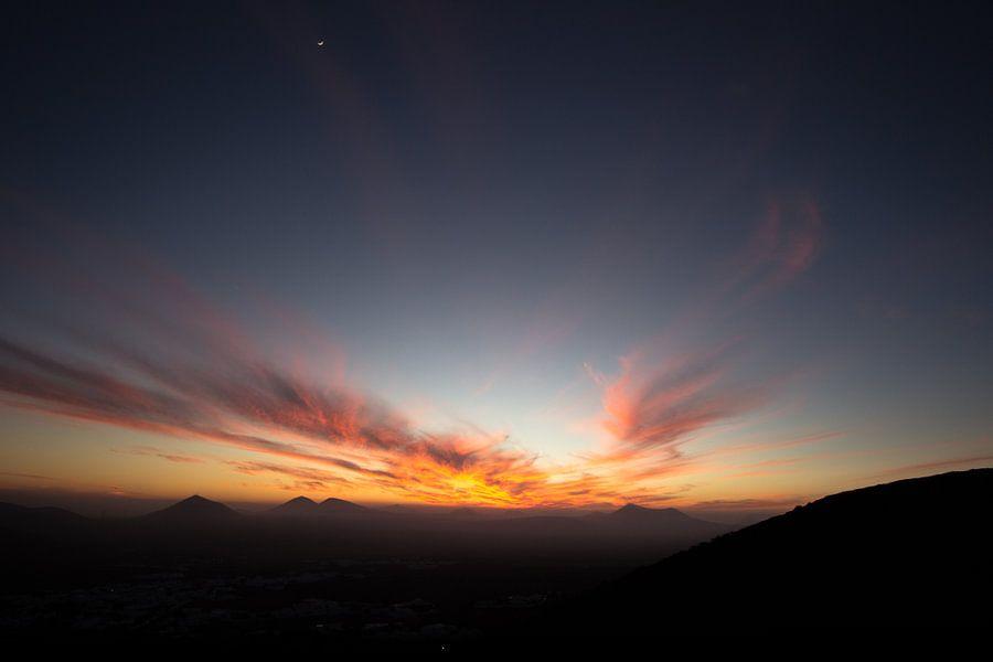 Zonsondergang met windveren, Lanzarote van Tomas Grootveld