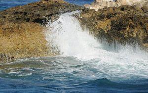 Branding tegen de rotsen,  Grieks eilandje