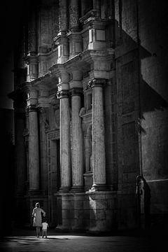Frau und Kind im Lichtschein vor Fassade Kirche in schwarz-weiss von Dieter Walther