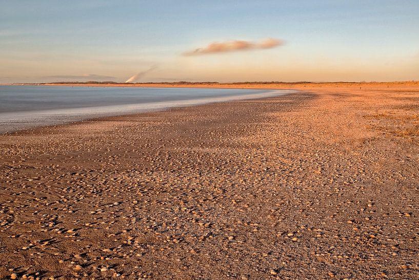 Een koude winterdag op het strand.. van Miranda van Hulst