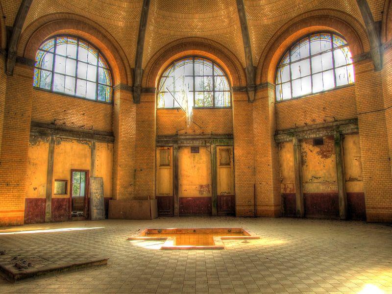 Badehaus in altem und verlassenem Sanatorium von Tineke Visscher