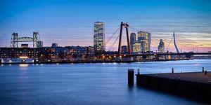 Skyline van Rotterdam tijdens het blauwe uurtje