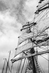 Oude zeilschepen met gehesen zeilen in zwart wit