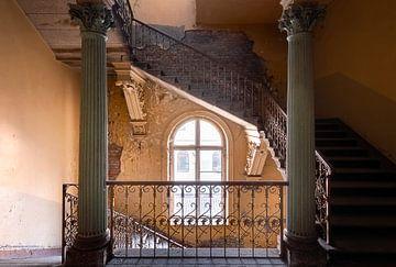 Treppenhaus in verlassener Villa von Roman Robroek