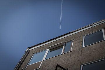 Vliegtuig vliegt boven flat van Jasper Scheffers