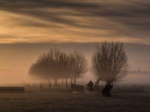 Eenzame fietser in de mist