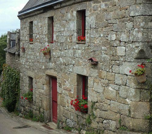 Huis met rode accenten