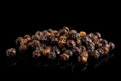 Zwarte peperkorrels op een zwarte achtergrond