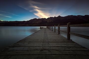 Zonsondergang achter de bergen  in Nieuw Zeeland van Michael Bollen