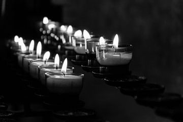 Kerzen in einer Kirche von Eline Willekens