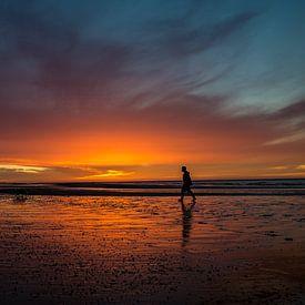 Sonnenuntergang mit Wanderer am Strand von Bart van Dam