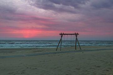 Bewolkte rode zonsondergang von Richard Steenvoorden