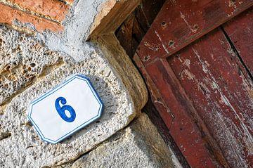 Porte en bois rustique avec numéro de maison sur Wil Wijnen