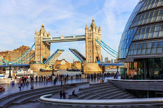 London Tower Bridge met de rijbaan omhoog geklapt