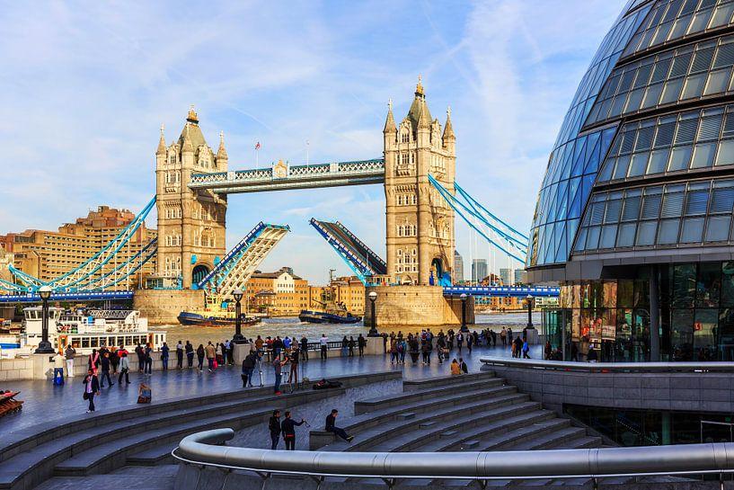 London Tower Bridge met de rijbaan omhoog geklapt van Frank Herrmann