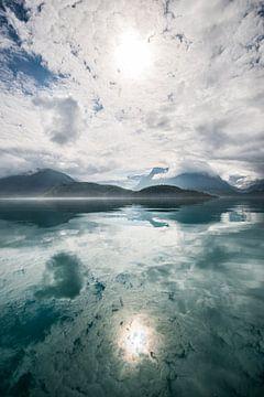 Reflexion von Sonne, Bergen und Wolken von Ellis Peeters